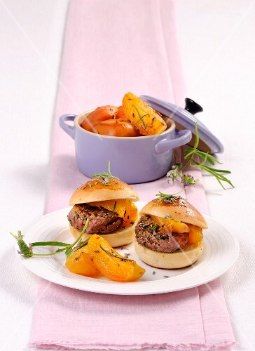 Mini burgers with roasted apricots