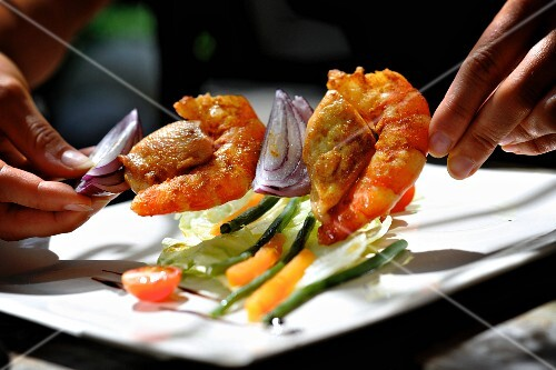 Prawn kebabs with onions