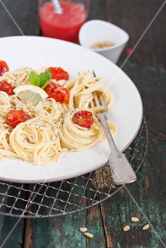 Spaghetti with oven-baked cherry tomatoes