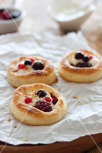 Puff pastry tartlets with a berries and a vanilla and quark filling