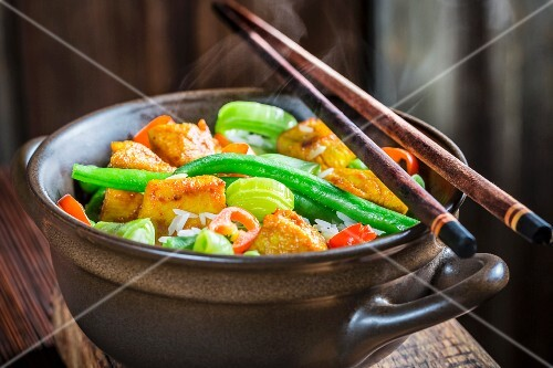 Steaming vegetables with chicken (China)
