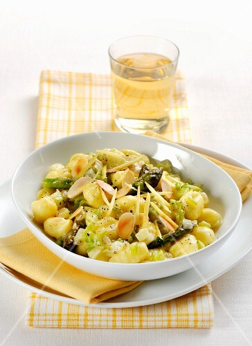 Gnocchi with green asparagus and almonds