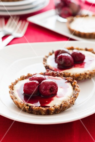 Chocolate tartlets with cherries
