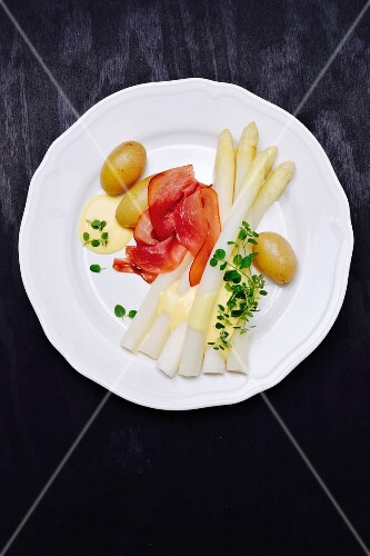 Asparagus with ham, new potatoes and Hollandaise sauce