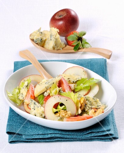 Cheese salad with Stilton, apples and strawberries