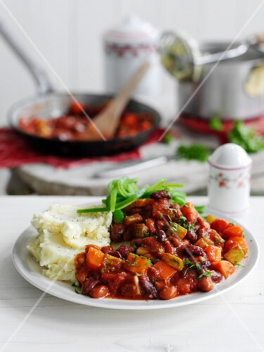 Bean chilli with mashed potatoes