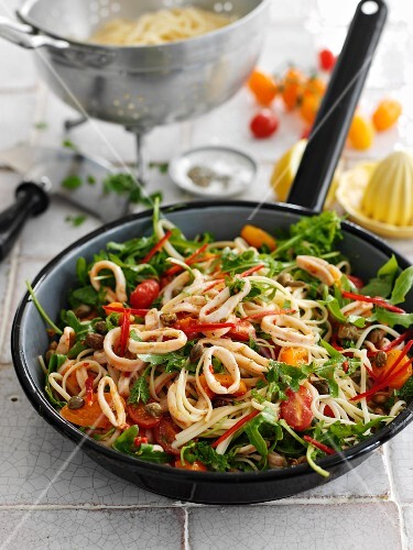 Fried noodles with squid, chilli and vegetables