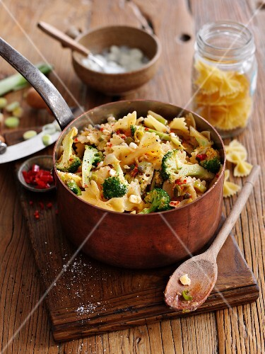 Farfalle with cheese, broccoli, capers and garlic