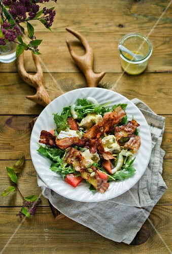 An autumnal rocket salad with bacon and brie