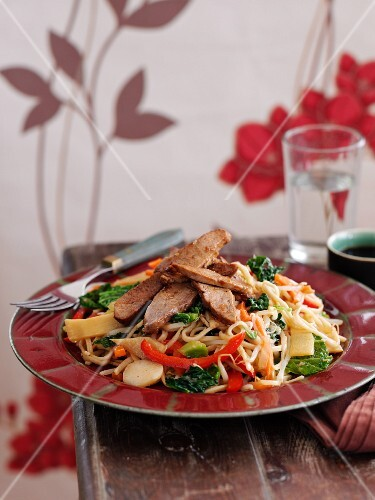 Fried noodles with duck, ginger and vegetables (Asia)