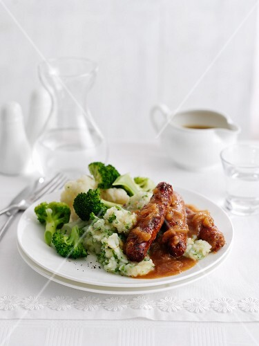 Sausages with mashed potatoes and broccoli