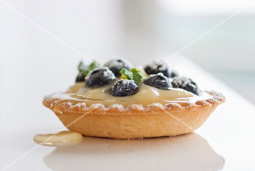 Tartellete with vanilla cream, blueberries, Agave syrup and icing sugar