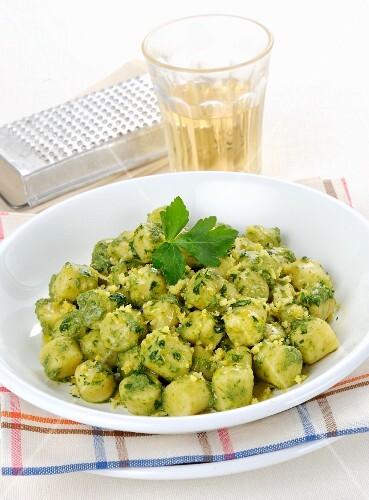 Gnocchetti con prezzemolo (mini gnocchi with parsley sauce, Italy)