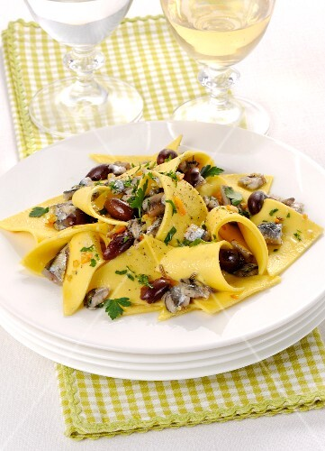 Stracci con alici (fresh pasta with anchovies and olives, Italy)