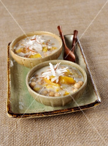Sago pudding with many bananas and coconut