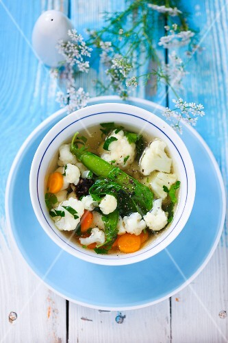 Cauliflower soup with carrots and mange tout
