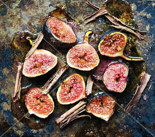 Baked figs with honey and cinnamon sticks