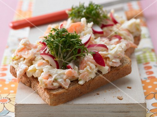 Salmon tartare with crests on wholemeal toast