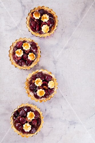 Mini shortcrust pies with cherries (seen from above)