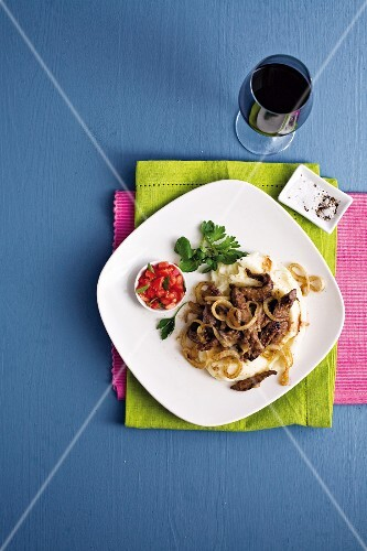 Veal liver with roasted onions and mashed potatoes