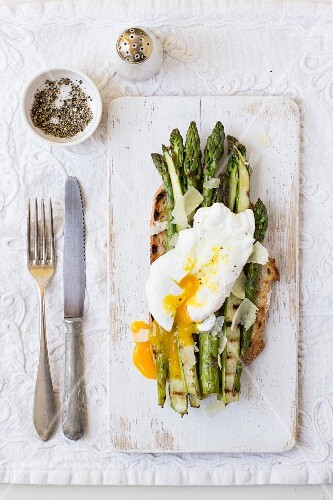 Grilled asparagus with Parmesan cheese and a poached egg on toasted bread