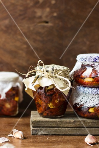 Preserved tomatoes with garlic