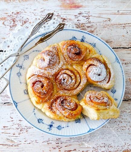 Cinnamon buns with icing sugar