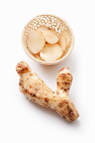 Galangal root and slices