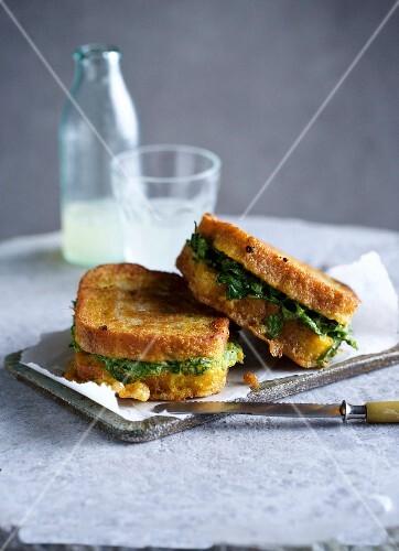 Gebratene Sandwiches mit Kräuterfüllung