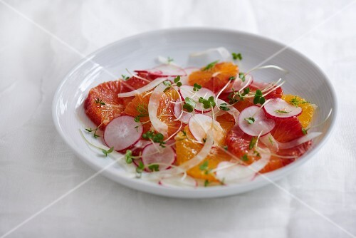 Spicy salad with oranges, blood oranges, radishes and cress