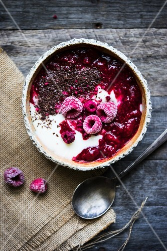Semolina pudding with warm and frozen raspberries and grated chocolate