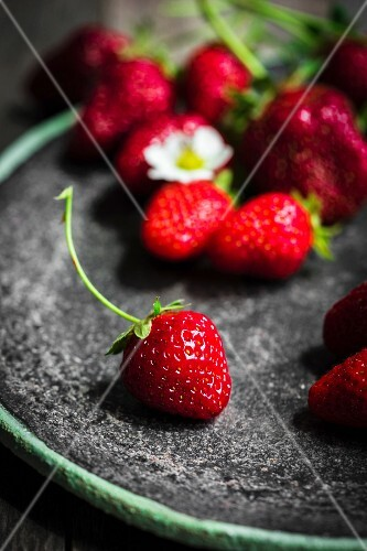 Fresh strawberries on a plate (close-up)