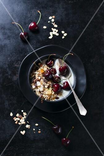 Yoghurt muesli with oats and cherries