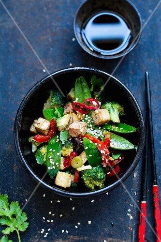 Oriental vegetables with tofu and sesame seeds