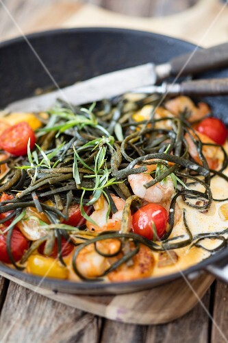 Seaweed pasta with prawns and cherry tomatoes