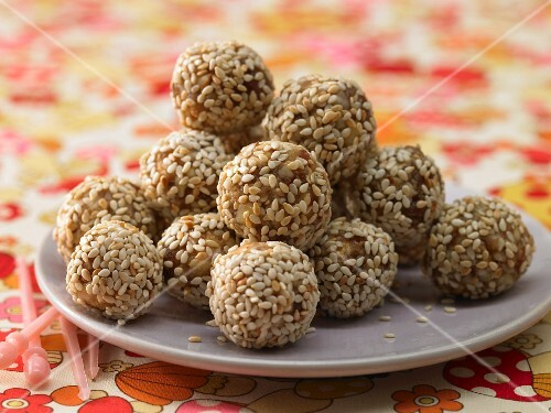 Energy bites made from dried fruits and sesame seeds