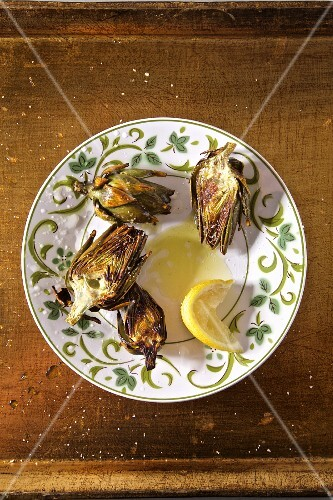 Grilled artichokes with lemon