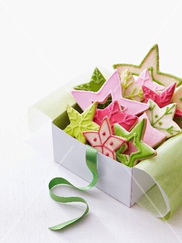 Bunte Weihnachtsstern-Plätzchen in Geschenkbox