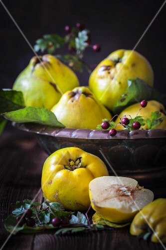 Fresh quinces, whole and halved