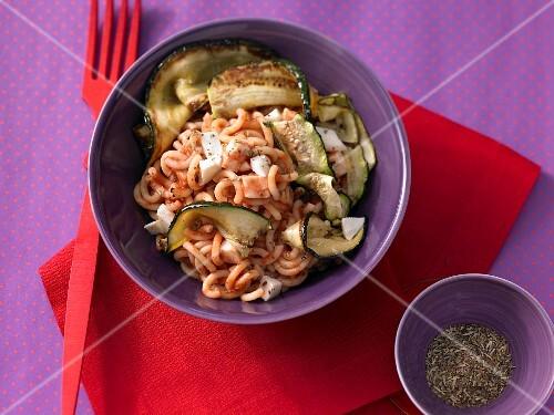 Short spaghetti with tomato sauce, courgettes and mozzarella