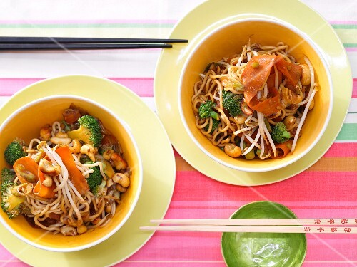 Vegetarian noodles with bean sprouts