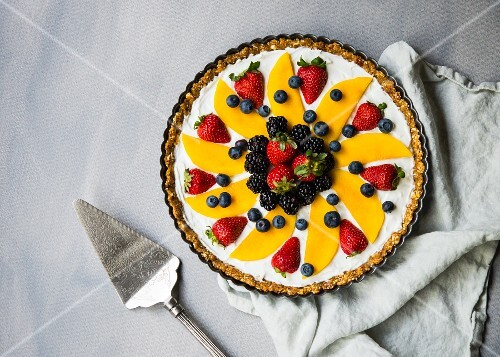 No-bake yoghurt tart with fresh berries and mango