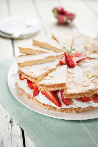 Strawberry cake with a mascarpone filling