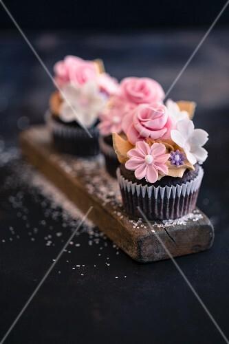 Cupcake mit Zuckerblumen für Ostern