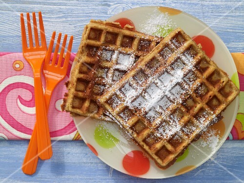 Nut waffles with honey and icing sugar