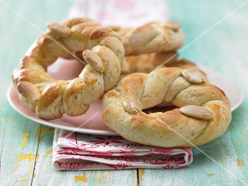 Easter wreath pastries with almonds