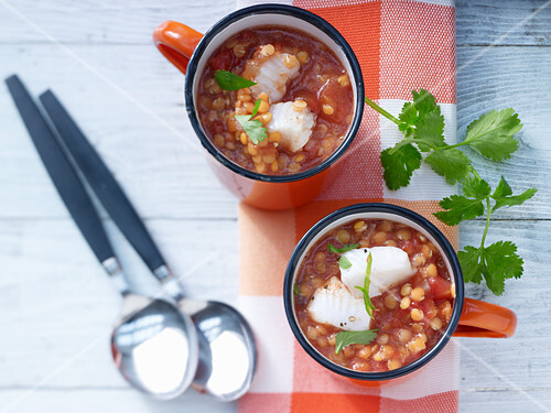 Tomaten-Linsensuppe mit Fischfilet und Chili
