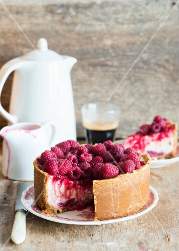 Vanilla cheesecake with raspberries and raspberry sauce, served with coffee