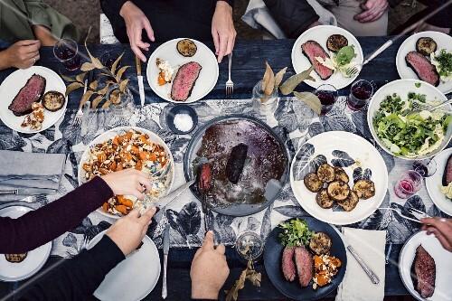 Freunde feiern eine Ernte-Party im Freien