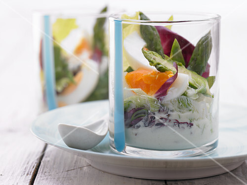 Egg and asparagus salad with yoghurt dressing
